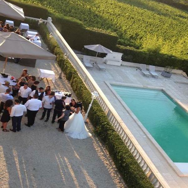 Cocktail de mariage en terrasse au château de Lantic avec vue sur la piscine