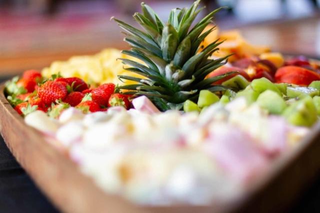 Plan rapproché d'un plateau de fruits frais et de saisons