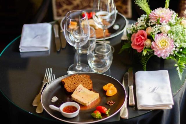 Assiette de foie gras accompagné de sa tranche de pain d'épice